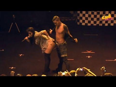 Anitta Excitada Simula Sexo com Dançarino no Palco - HD