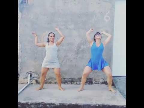 Mae e filha duas gostosa daçando funk de vestido