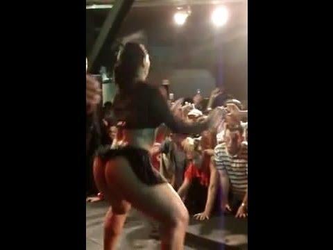 Mulher melancia mostrando o rabo de sainha Show de funk