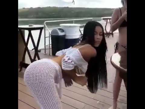 Bunda pra baixo bunda pra cima morena tatuada rebolando gostoso dançando funk