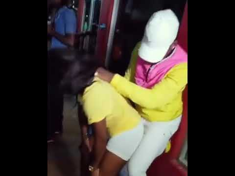 Mulher dança sensual e homem tira sua piruca - tirando a peruca - África song
