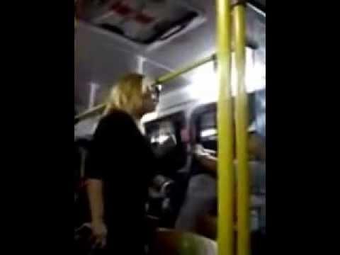 Mulher briga no onibus com funkeiro - Women fight on the bus