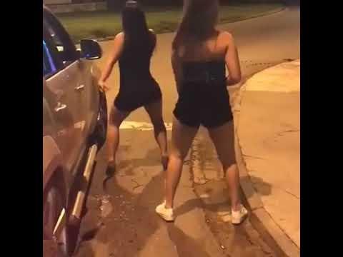 Mulher fica só de calcinha dançando