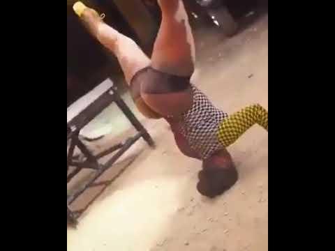 Fankeira quebra o pescoço dançando em baile funk