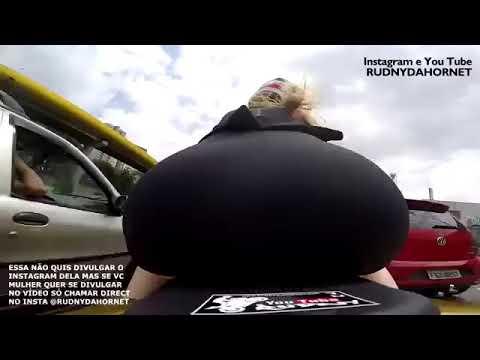 a saia subiu calcinha toda enfiada da mais gostosa do youtube piotando moto 10