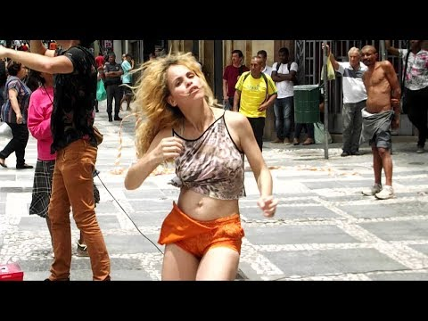 Vivi Dançarina com Andre Luiz dançando na Praça da Sé sp