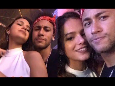 Bruna Marquezine e Neymar agarrados