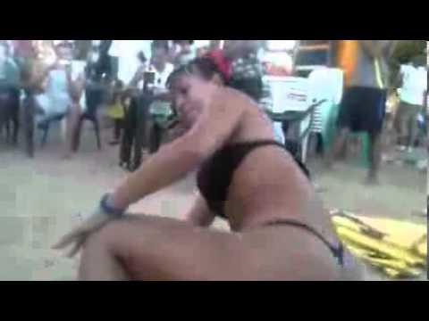 Morena Gostosa Bebada Dançando de Fio Dental -