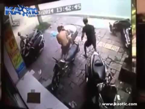Ladrão leva uma surra de dono de motocicleta