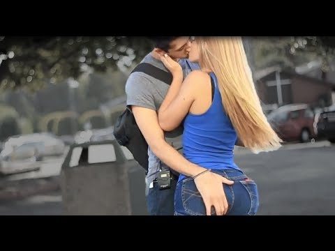 Pegando mulheres Gatas e Beijando as mais sexy Beijos com pegada - Best Kissing Pranks Of 2015