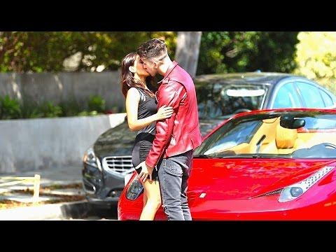 PEGANDO MULHERES SUPER GATAS DE FERRARI 458 GOLD DIGGER KISSING PRANK Of 2016 2017 HQ
