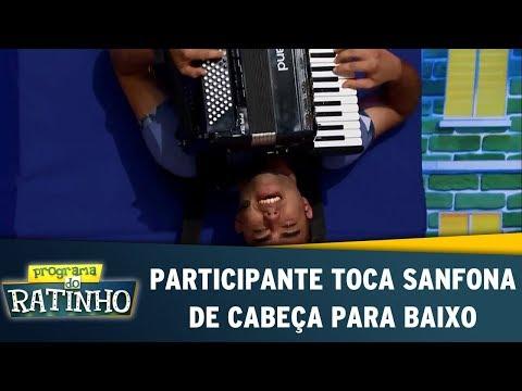Participante toca sanfona de cabeça para baixo Programa do Ratinho 03 08 17
