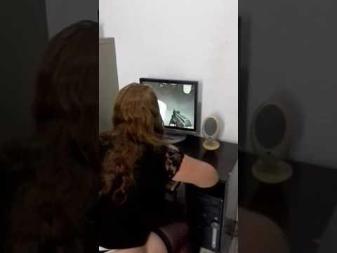 Esposa gostosa jogando no PC de fio dental